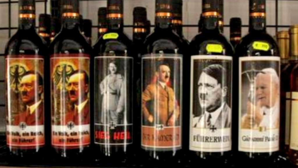 Italské víno s Hitlerem a Janem Pavlem II. na etiketách