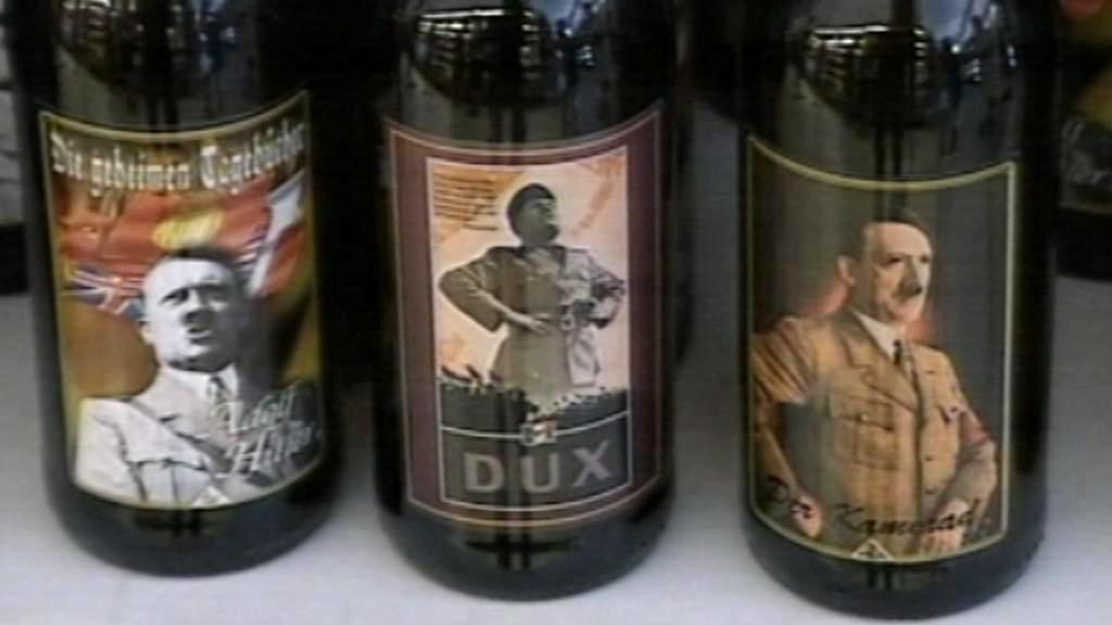 Italské víno s Hitlerem a Mussolinim na etiketách