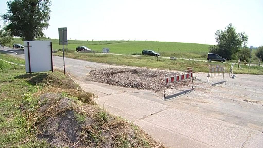 Uzavřená silnice v Šardicích na Hodonínsku