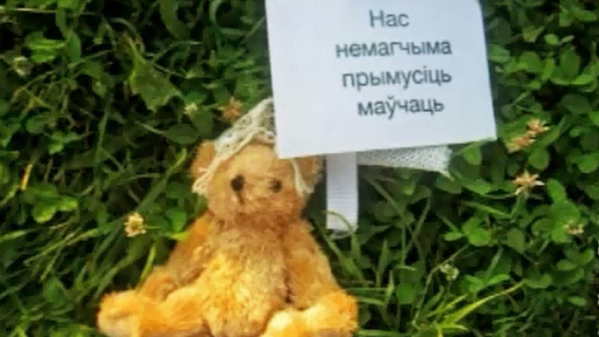 Plyšový medvěd shozený nad Běloruskem