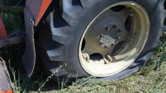 Výbuch miny poškodil pneumatiku traktoru