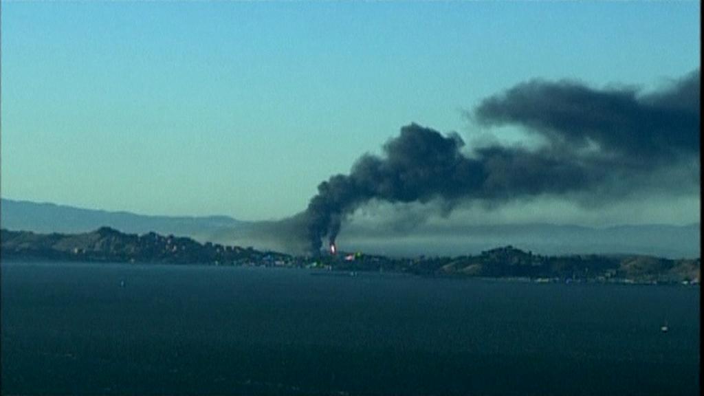 Hořící rafinérie na předměstí San Franciska
