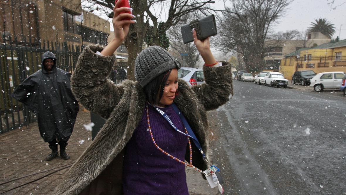 Obyvatelé Johannesburgu se radují ze sněhových vloček