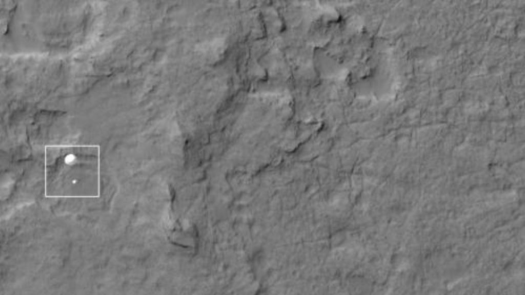 Vozítko Curiosity přistává na Marsu
