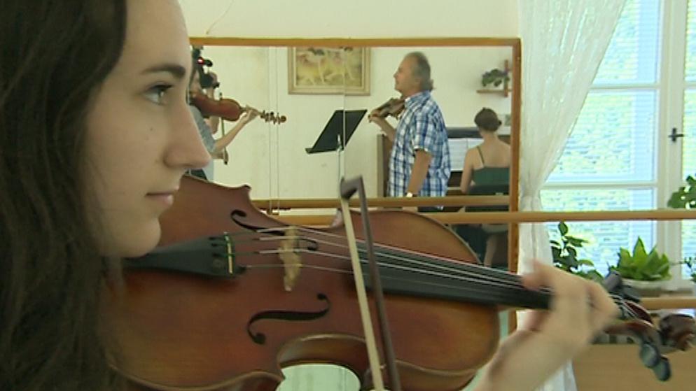 Mladí talentovaní houslisté se učí pod vedením Václava Hudečka