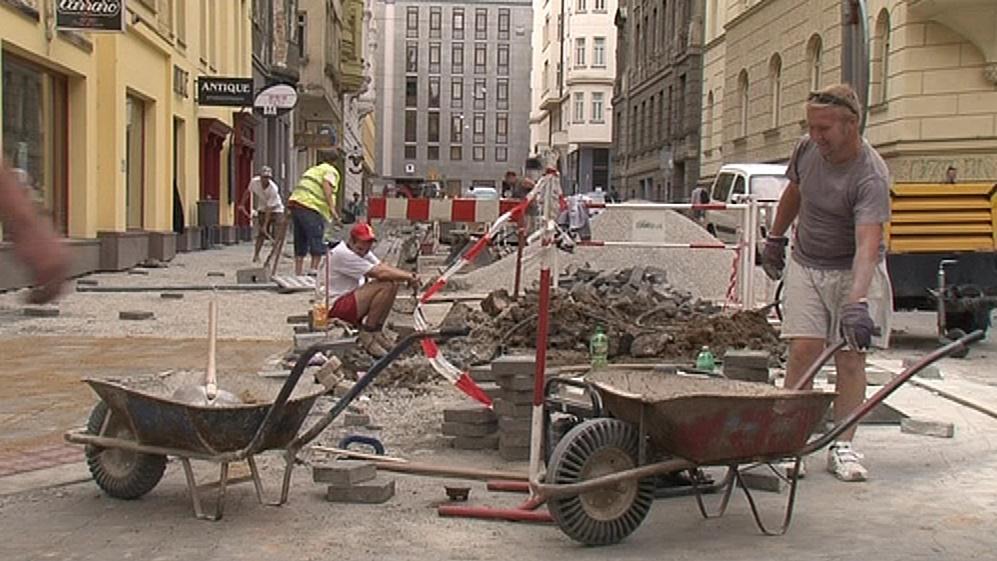Mnohé rozkopané ulice v Brně je potřeba složitě obcházet