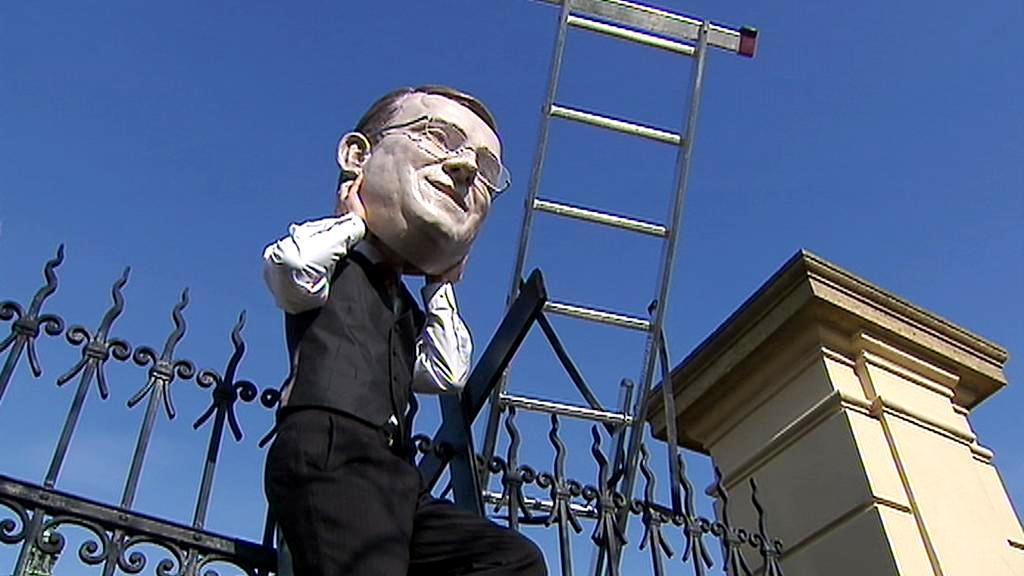 Jeden z účastníků protestu si nasadil masku premiéra Nečase