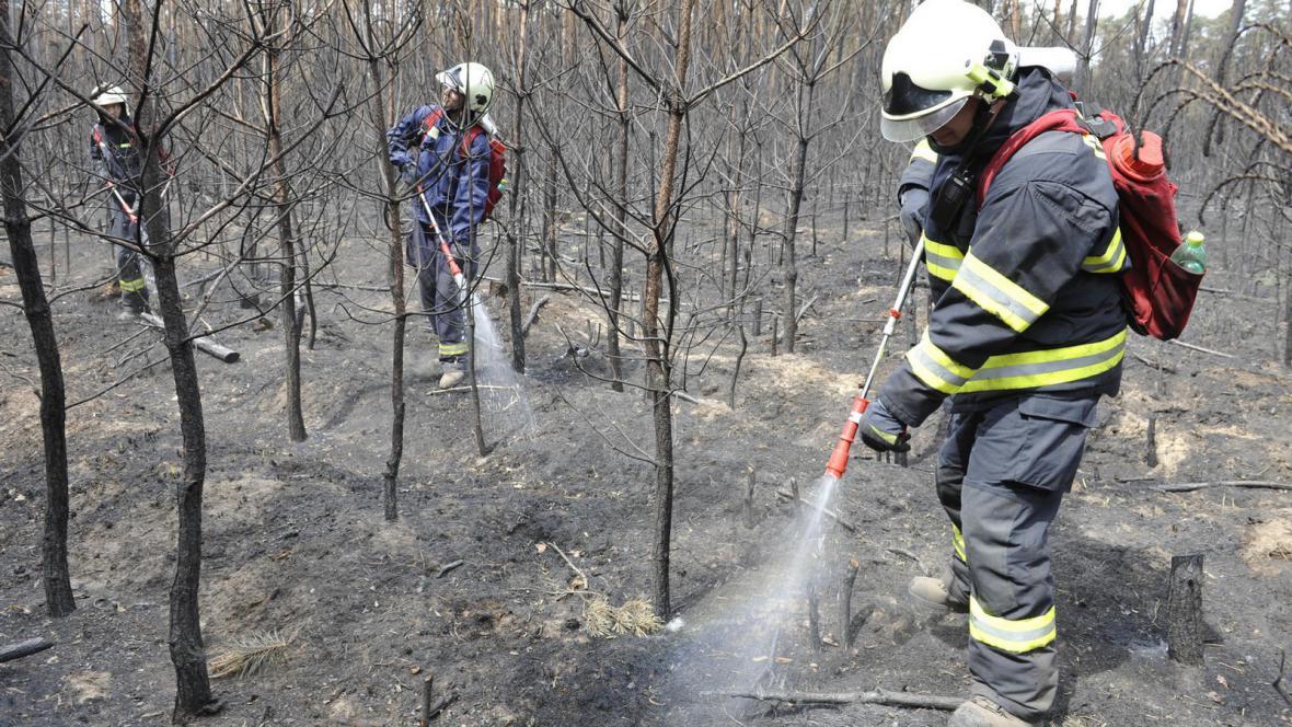 Hasiči dohašují zbytky požáru u Bzence