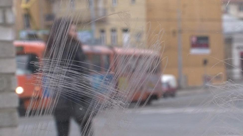 Po vandalech zůstávají poškrábaná okna