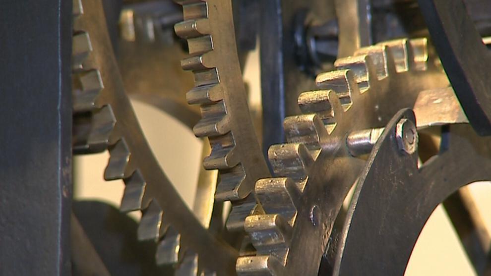 Detail hodinového stroje v muzeu kovářství