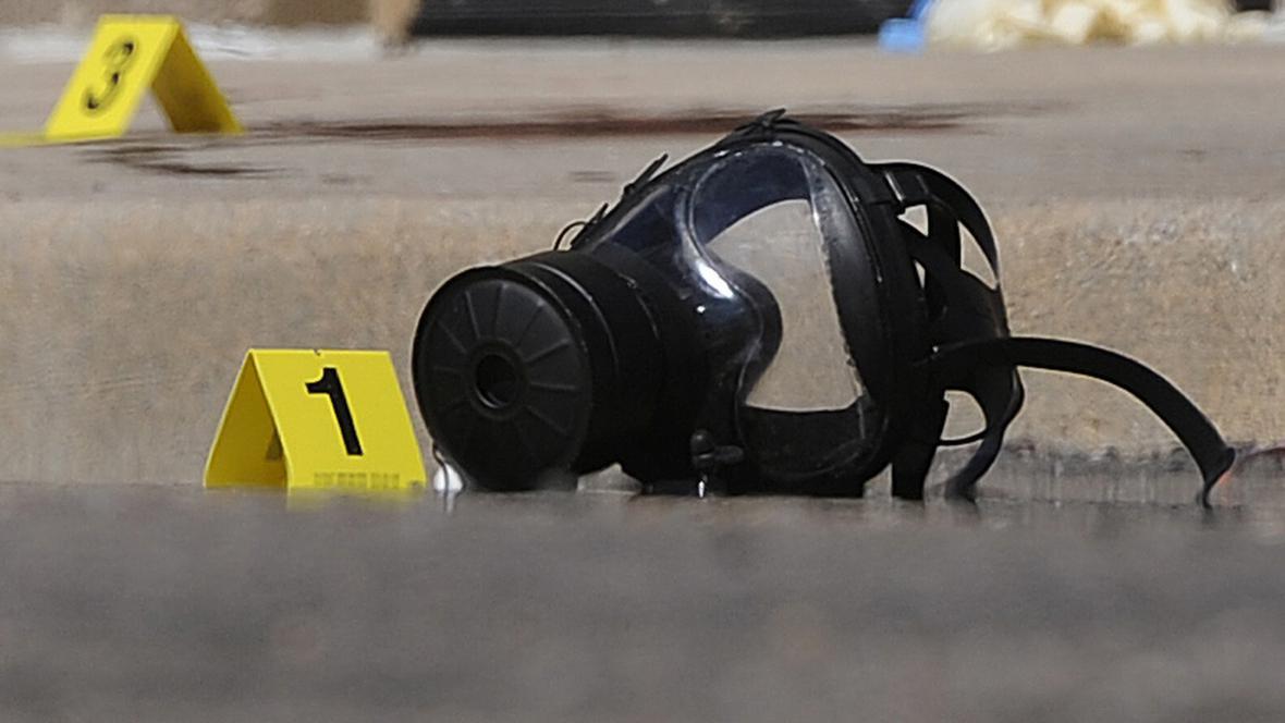 Plynová maska útočníka z Denveru