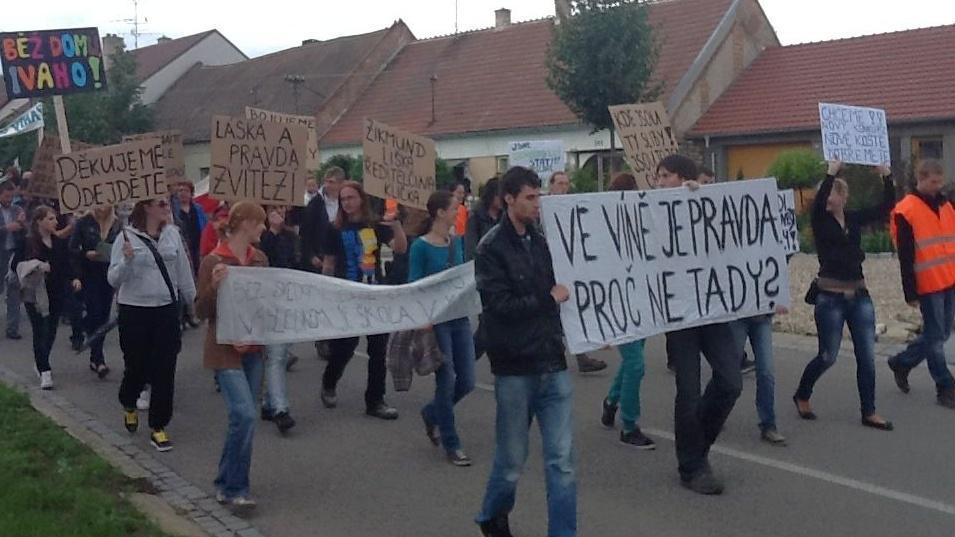Protest za odvolání ředitelky vinařské školy