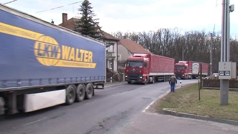 Lechovicemi denně projíždí tisíce aut a kamionů