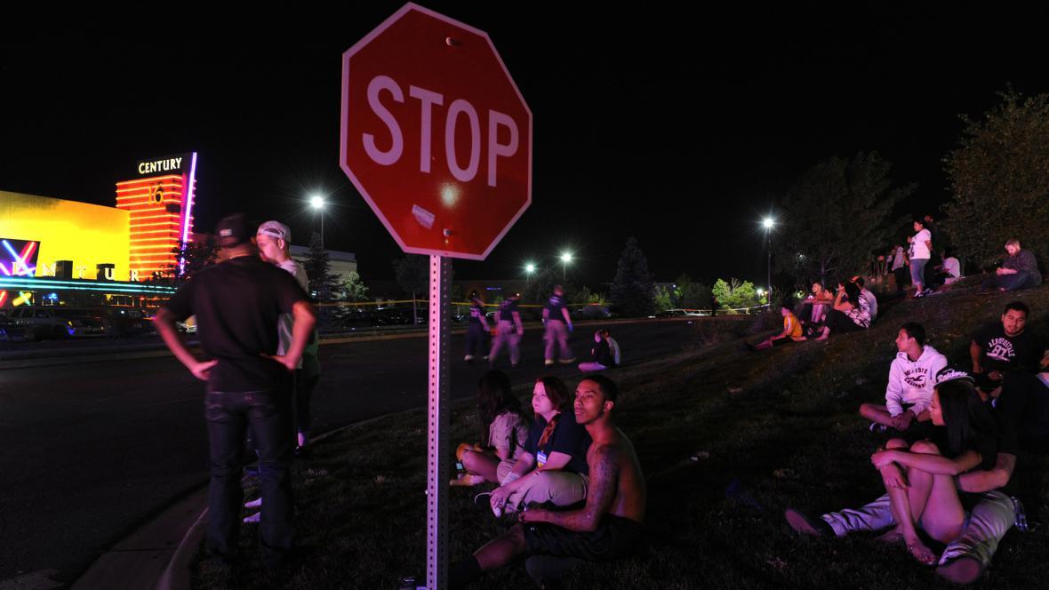 Po střelbě v kině vybíhali lidé ven