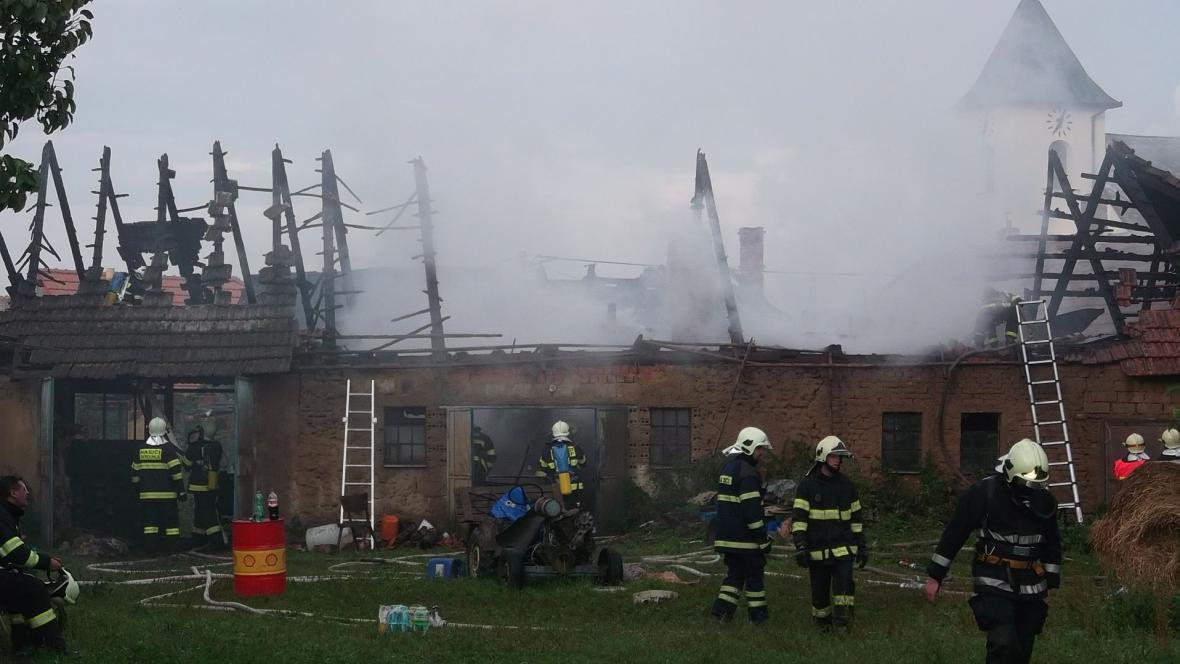 Oheň ohrožoval i okolní domy