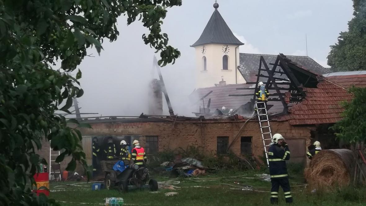 Do opuštěného stavení v Benešově udeřil blesk