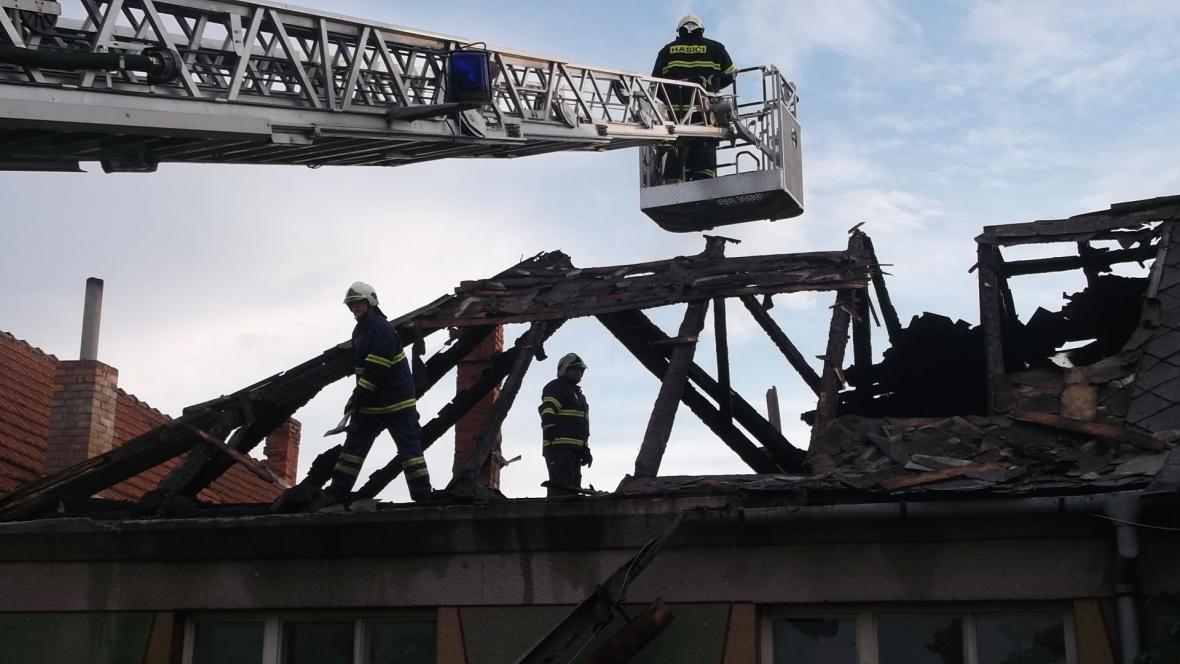 Požár úplně zničil střechu