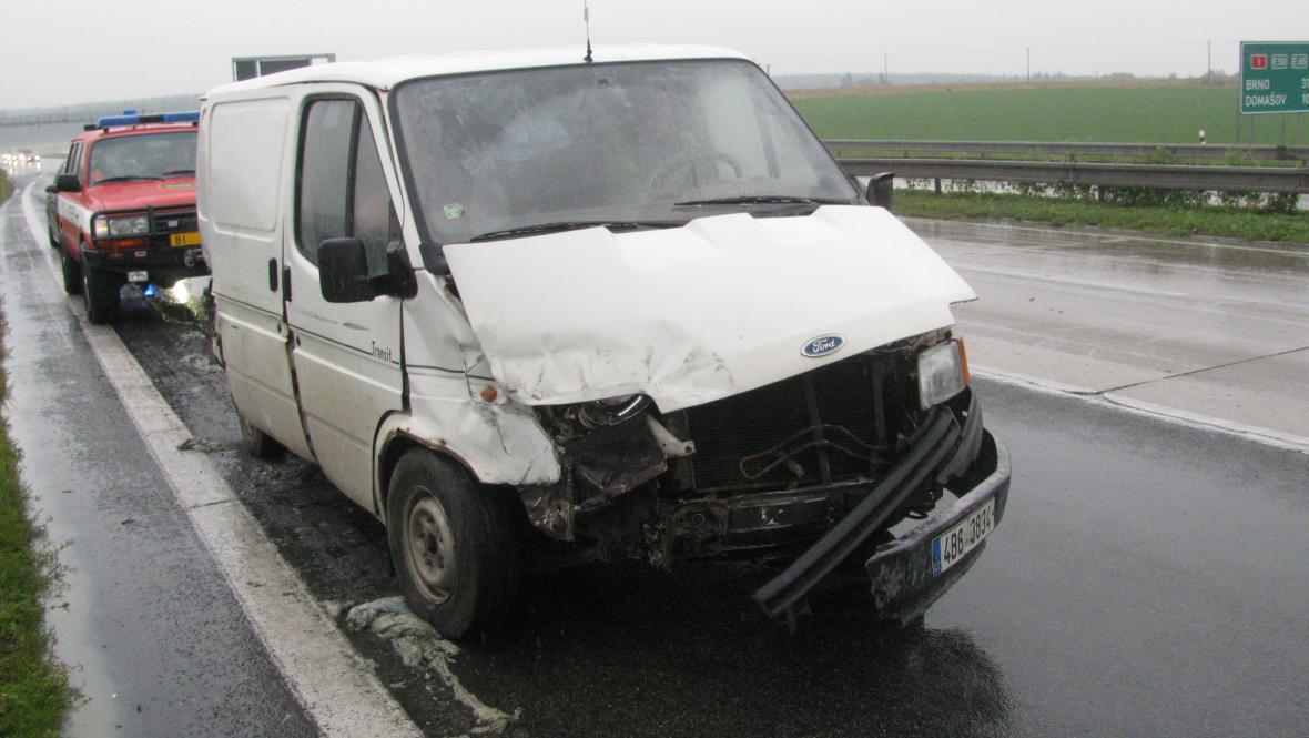 Na povrchu kluzkém od tuku havarovalo pět aut