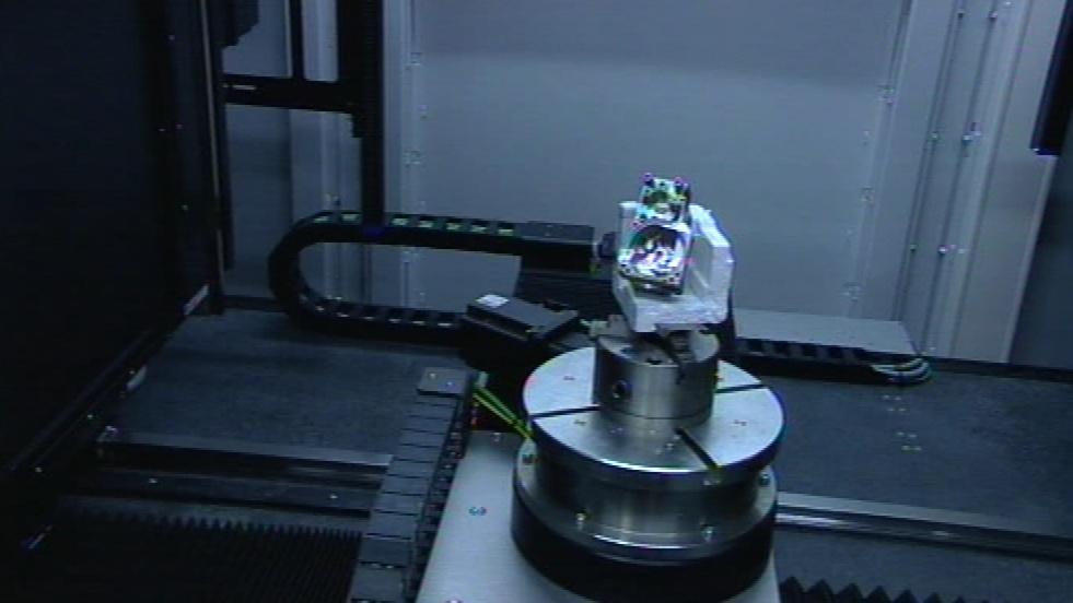Na rozdíl od lékařských tomografů se otáčí zkoumaný objekt
