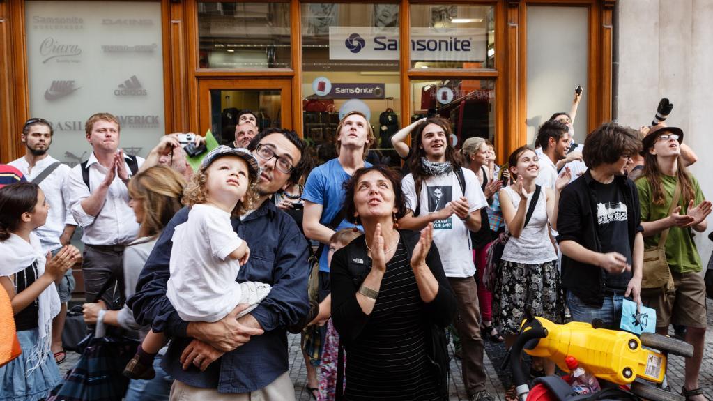 Diváci sledují happening Pussy Riot v Praze
