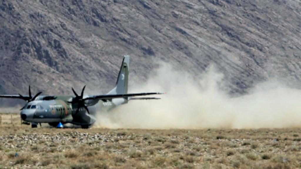 Přistání letounu CASA v Mongolsku