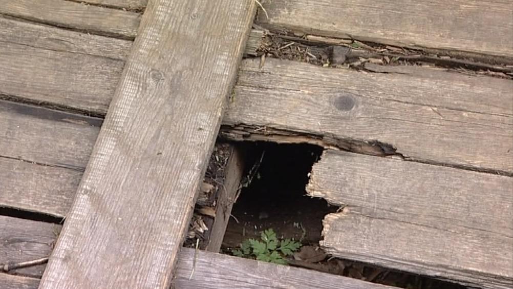 Prkna tvořící podlahu jsou na řadě míst poškozená