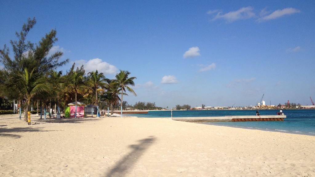 Jedna z mnoha pláží na Bahamách