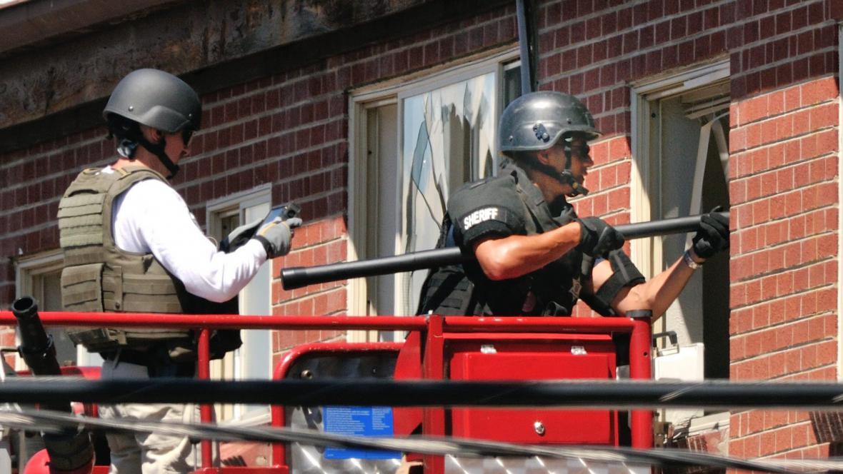 Pyrotechnici likvidují výbušniny ve střelcově bytě