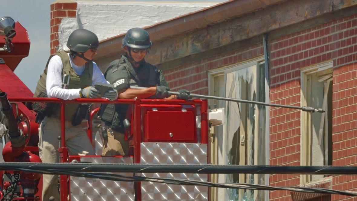 Pyrotechnici likvidují nálože ve střelcově bytě