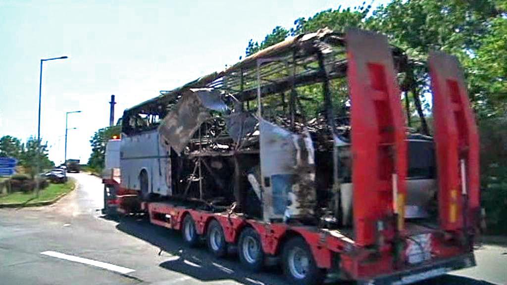 Vyšetřovatelé odvážejí trosky autobusu z Burgasu