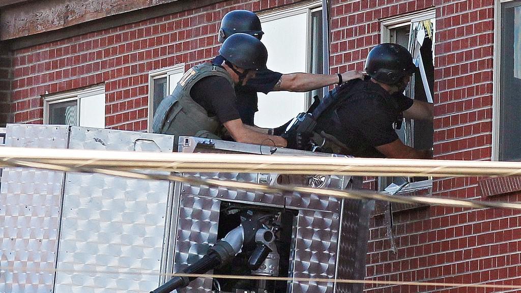 Policie se snaží dostat do bytu podezřelého