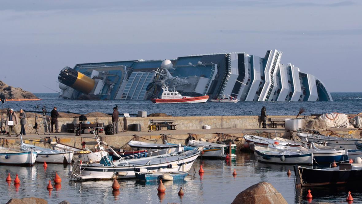 Záchranáři u vraku lodi Costa Concordia