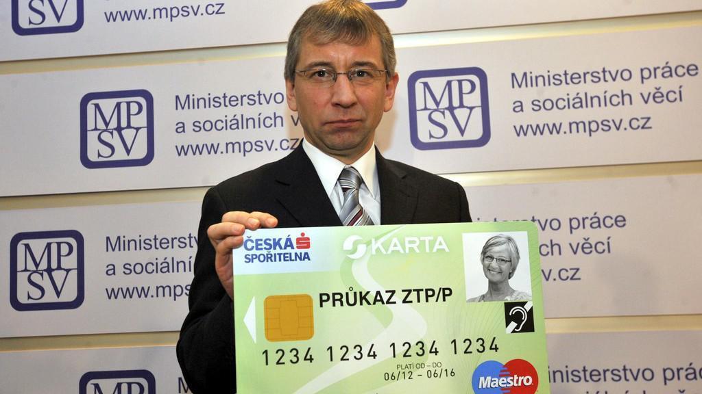 Jaromír Drábek s kartou pro vyplácení dávek