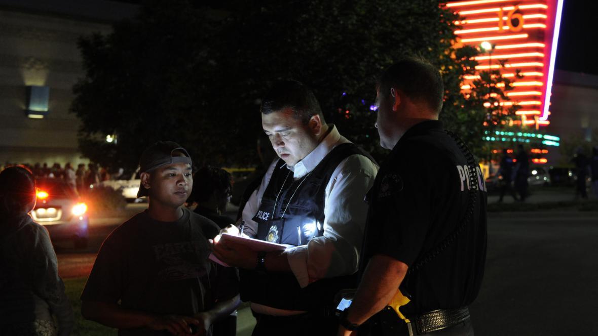 Policista před kinem na předměstí Denveru