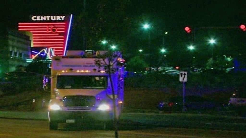 Záchranáři u kina v Denveru