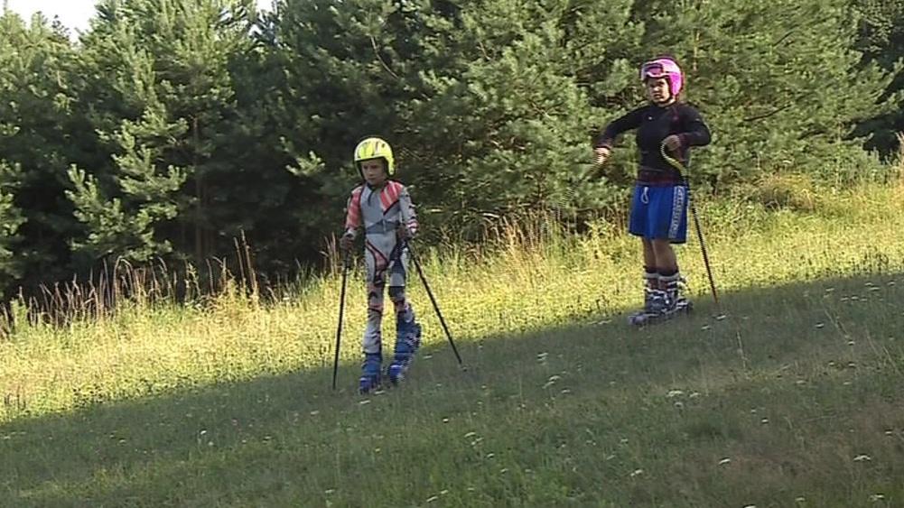 Zájemci o lyžování na trávě si mohou zaplatit lekce