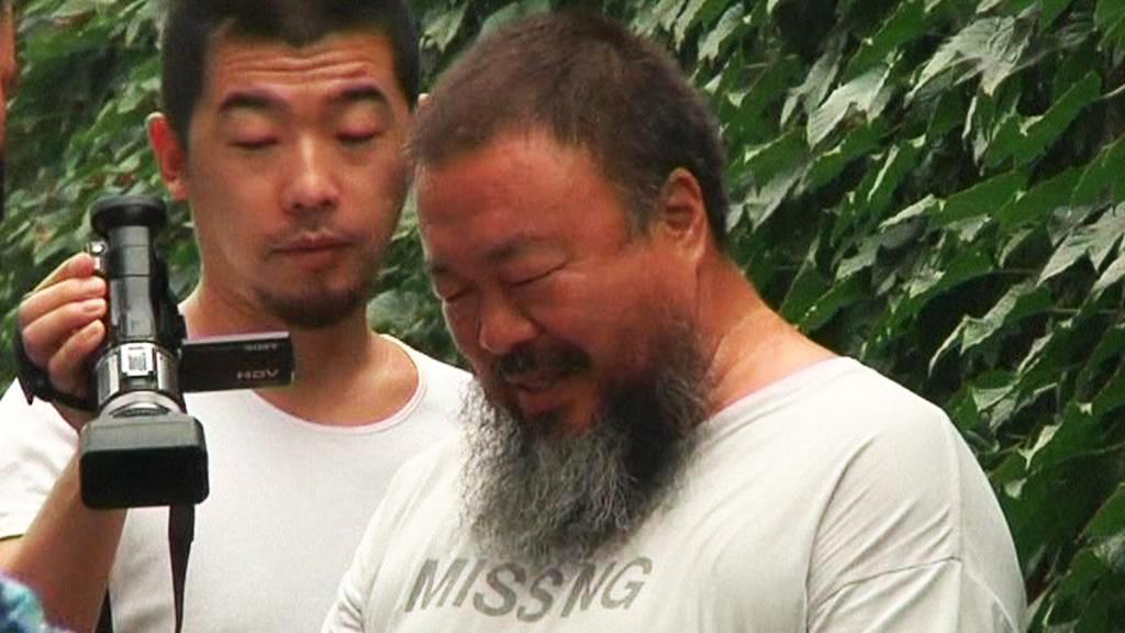 Aj Wej-wej (vpravo)