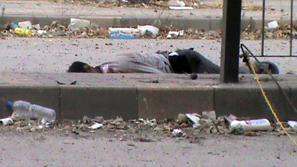 Mrtvé tělo na ulici v Sýrii