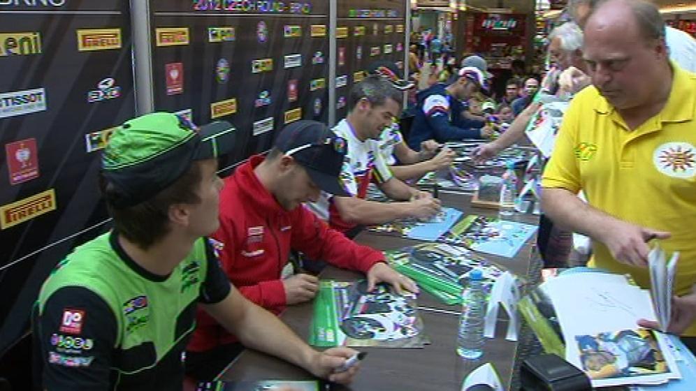 Zájemci si mohli nechat podepsat fotografie jezdců