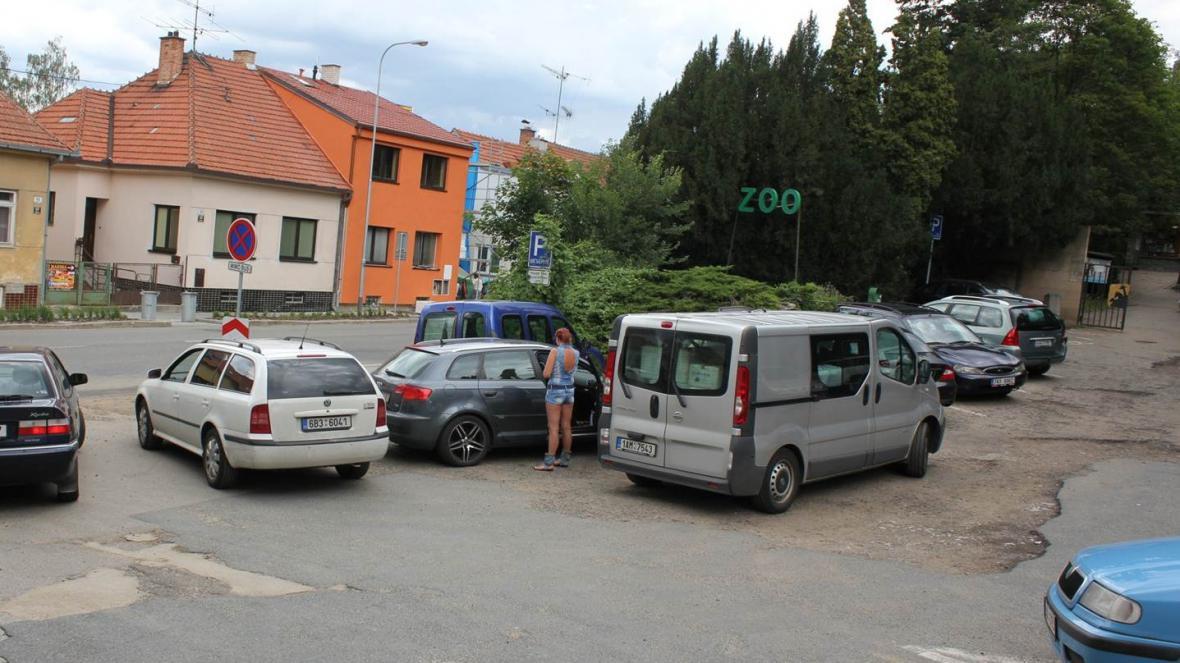 Stávající parkoviště pojme jen 20 aut