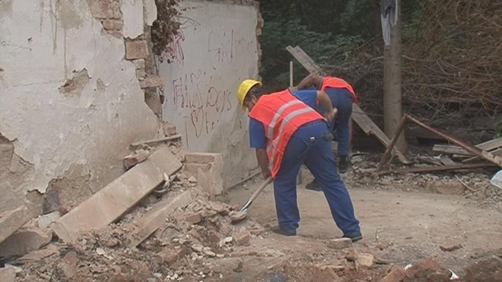Dělníci odstraňují poslední zbytky domu