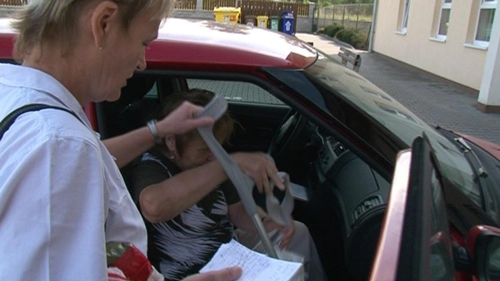 Seniorka nastupuje do městského taxi