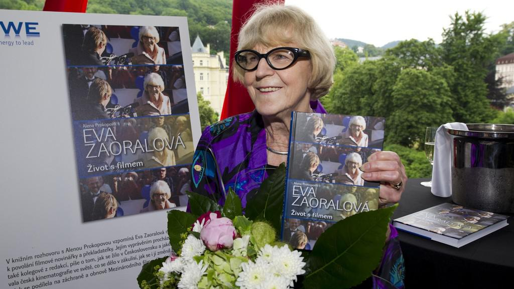 Eva Zaoralová se svou knihou pamětí Život s filmem