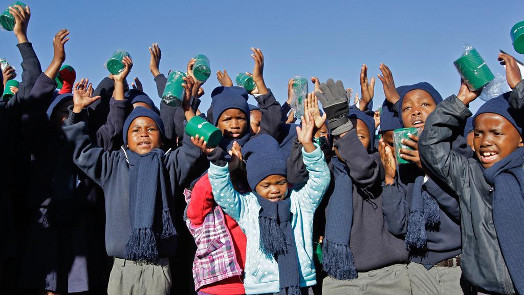 Děti v Mvezu blahopřejí Nelsonu Mandelovi k 94. narozeninám