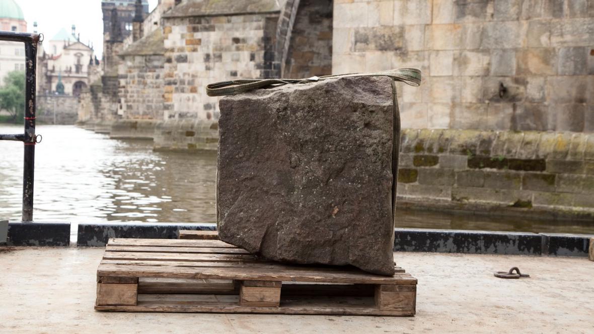 Kameny z Juditina a Karlova mostu