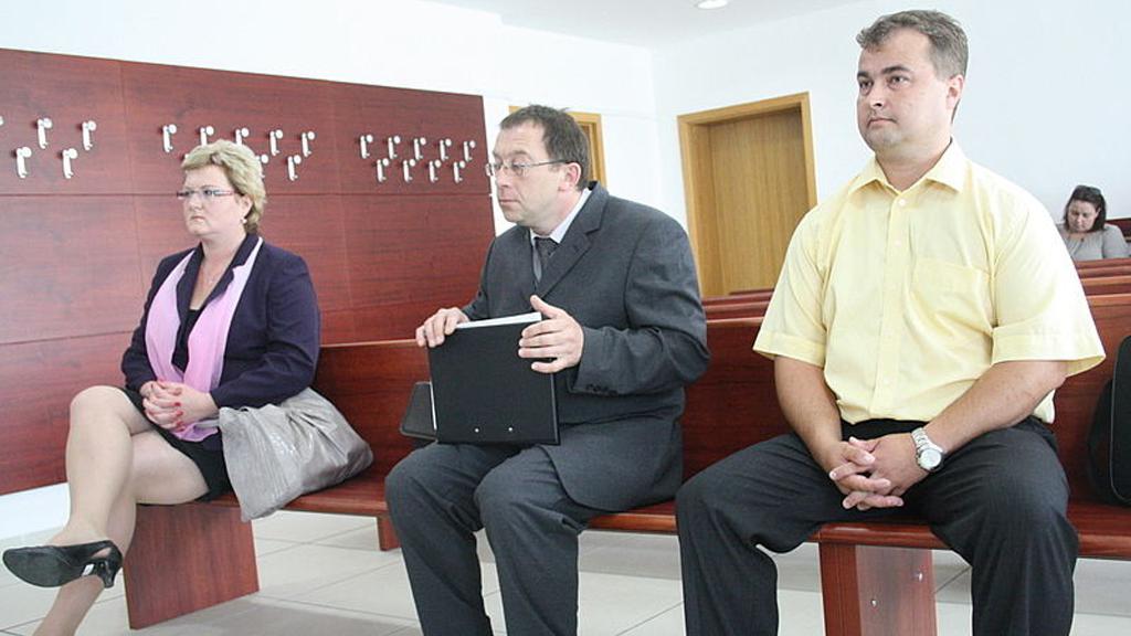 Obvinění úředníci a manažer firmy