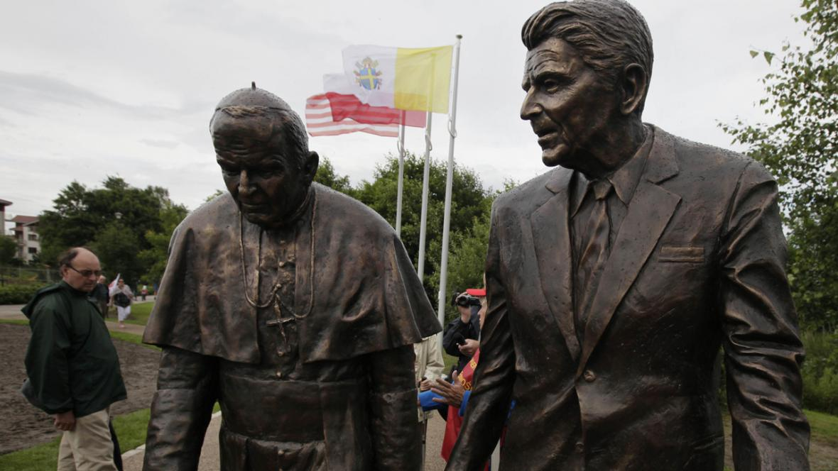 Socha papeže Jana Pavla II. a Ronalda Reagana