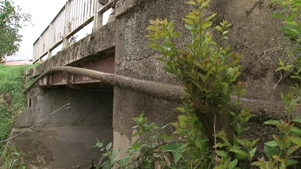 Mosty likviduje voda a těžká doprava