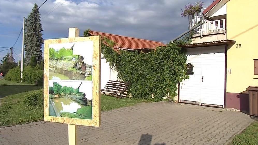 Povodně připomíná i výstava v ulicích obce