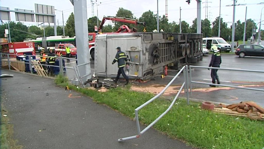 Převrácený kamion v Plzni